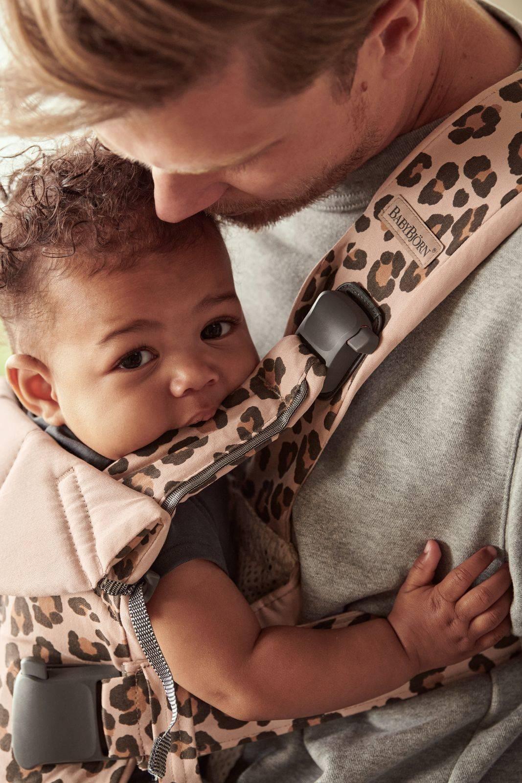 BABYBJORN ONE - nosidełko, Beż/Leopard